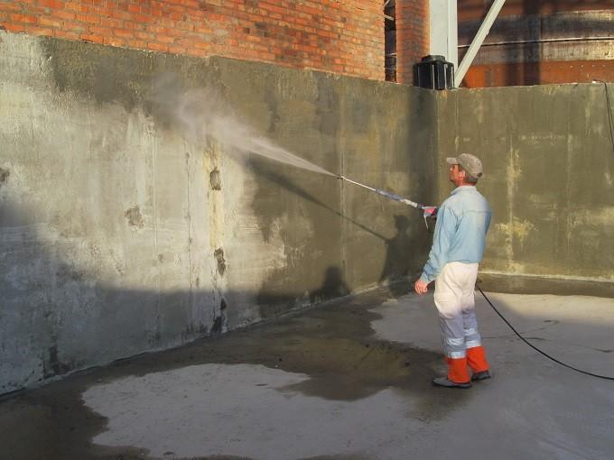 Увлажнение поверхности перед нанесением обмазочной гидроизоляции