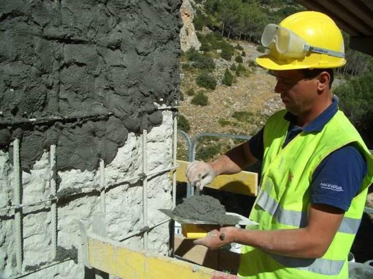 Нанесение ремонтной смеси на колонну