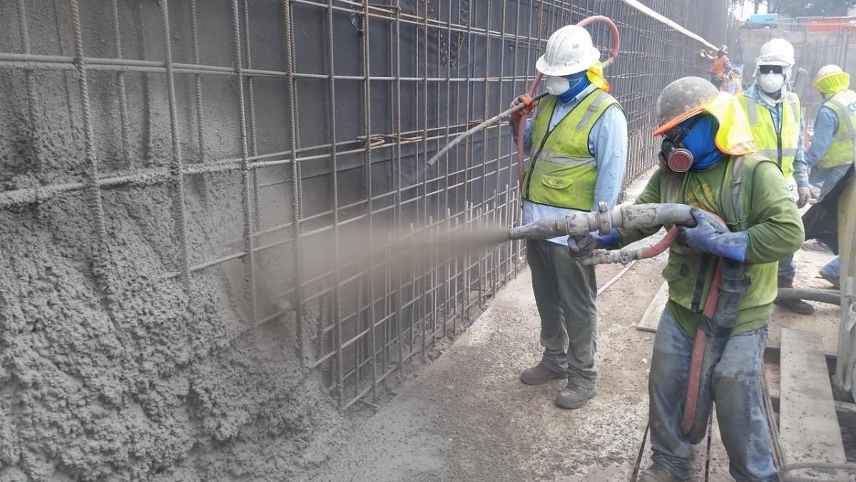 Нанесение сухого торкрет-бетона